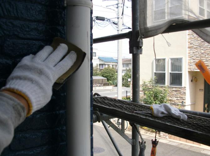 雨樋の塗り替え前のケレン清掃中です。