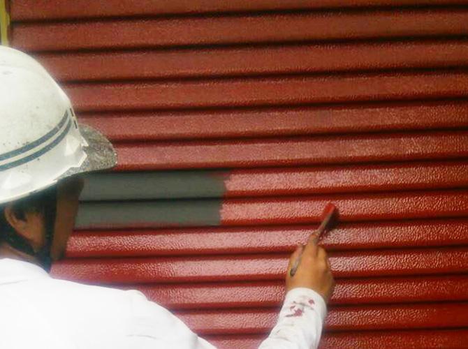 雨戸は錆止めを塗ってから上塗り塗装を施工します。