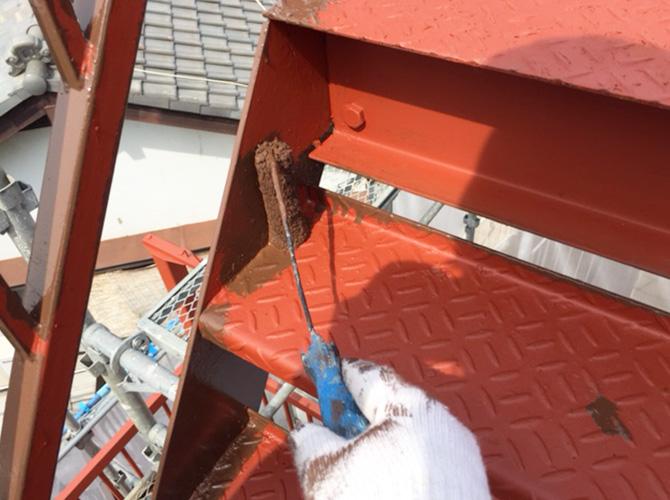 鉄骨階段のサビ止め塗料での塗装中です。
