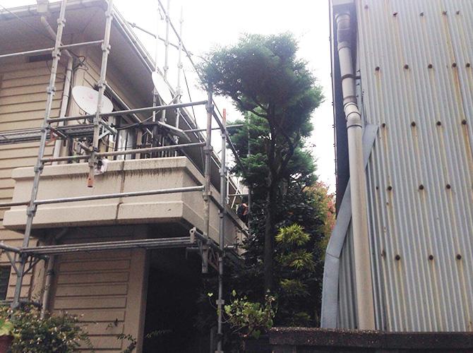 近隣住居や樹木などに注意して足場を設置。