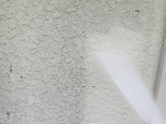 外壁の汚れが圧力できれいになります。