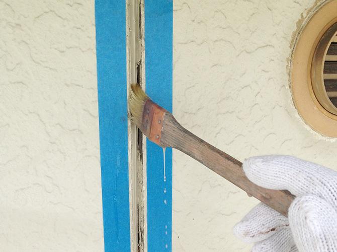 外壁のシール工事の施工中です。