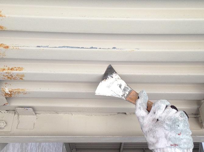 屋根のケレン施工中です。