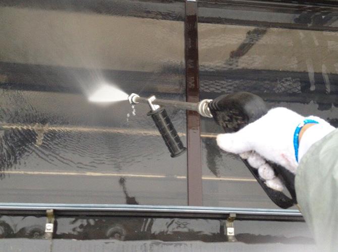 外壁塗装前に高圧洗浄で汚れを落とします。