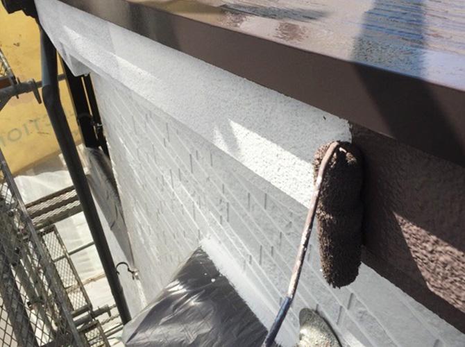 鼻隠しや破風の塗装も下塗り後上塗りを施工します。