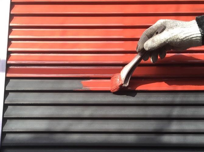 雨戸のサビ止めを塗装している様子です。
