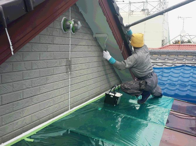 軒天の2回目の塗装中のようすです。