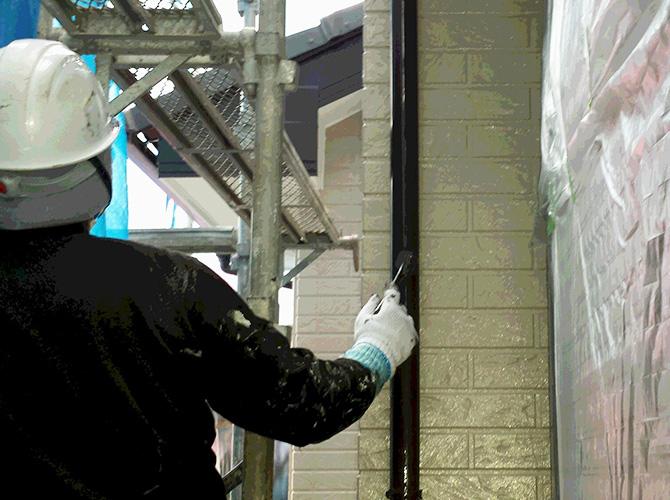 竪樋の1回目の塗装中のようすです。
