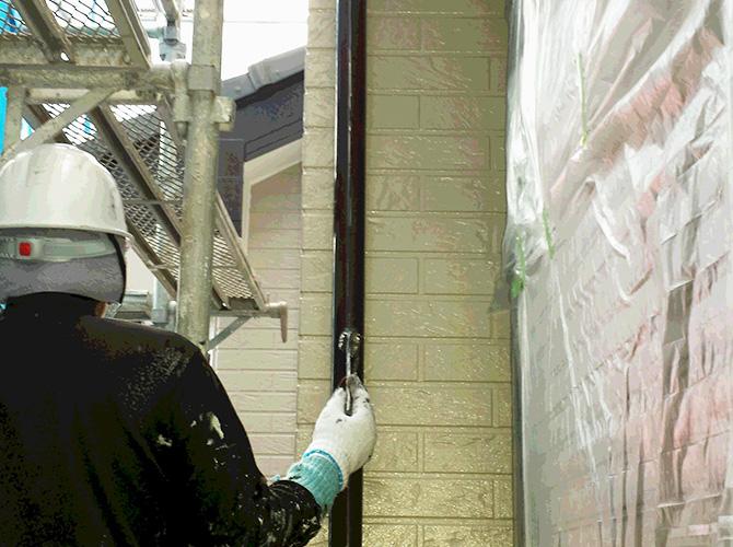 竪樋の2回目の塗装中のようすです。
