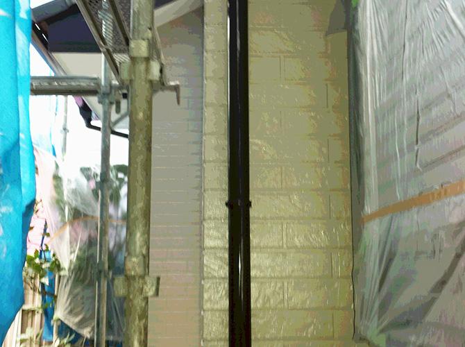 竪樋の塗装完了後のようすです。