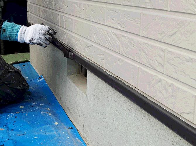水切りの1回目の塗装中のようすです。