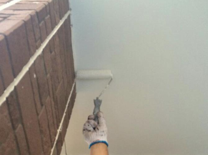 軒天塗装の施工中です。