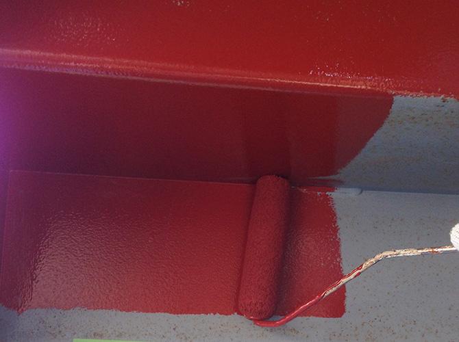 鉄骨階段床部分も錆止めを塗装します。