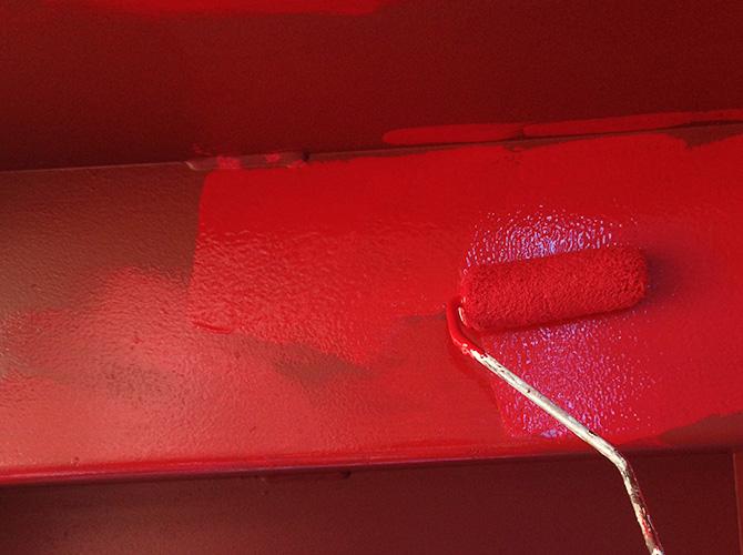 鉄骨階段の中塗り塗装施工中です。