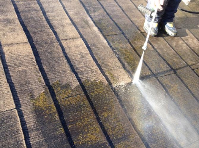 屋根部分の高圧洗浄の施工中です。