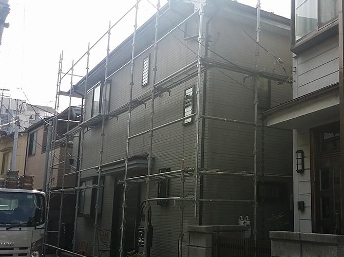 外壁塗装の工事前に足場を設置します。