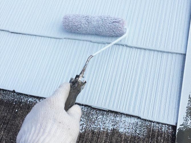 屋根塗装の下塗り施工中です。