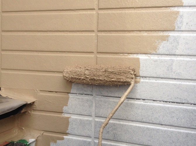 外壁塗装の中塗り施工中のようすです。
