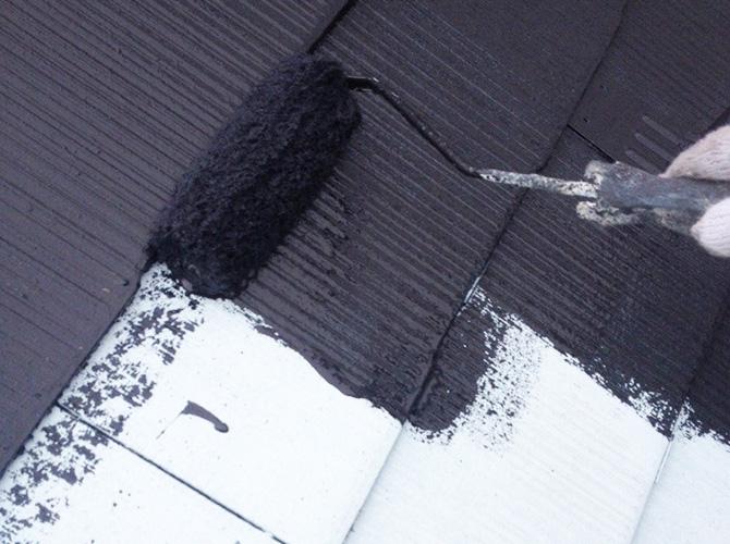 屋根塗装の中塗り施工中のようすです。
