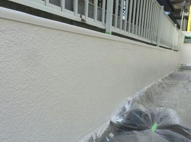 擁壁塗装の下塗り完了後の状態です。