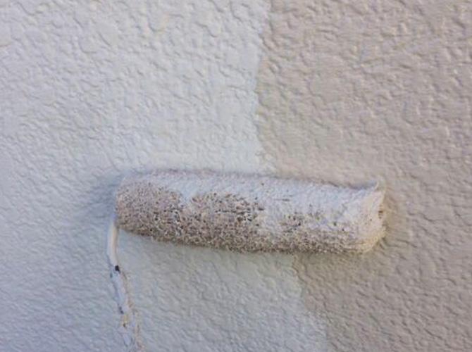 擁壁塗装の上塗り施工中のようすです。