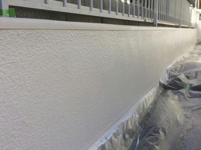 擁壁塗装の上塗り施工完了のようすです。