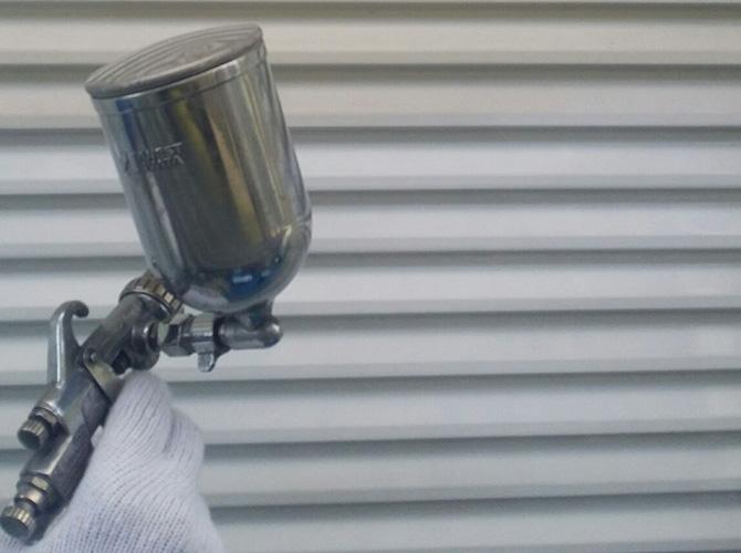 雨戸の吹き付け塗装施工中です。