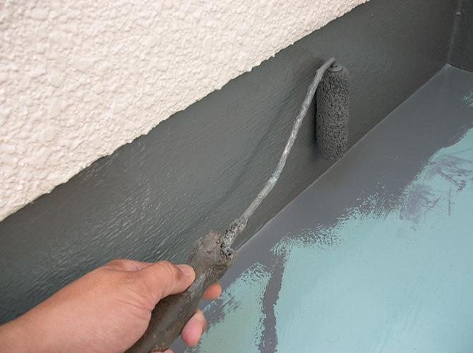 立ち上がり部分の上塗り剤の施工中です。