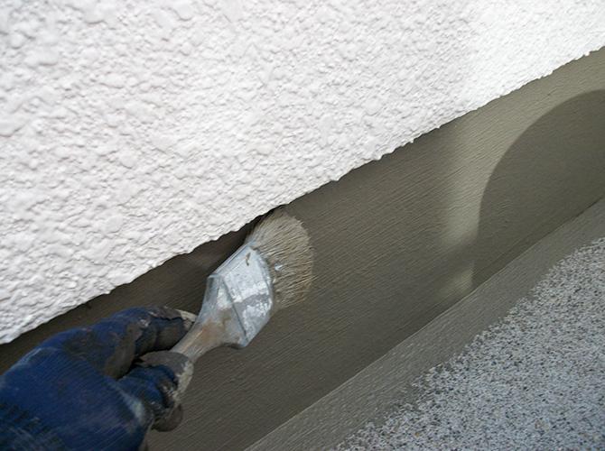 立ち上がり部分の下塗り施工中です。
