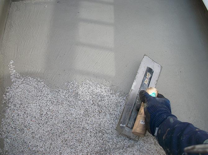 ベランダの床面の下塗り施工中です。