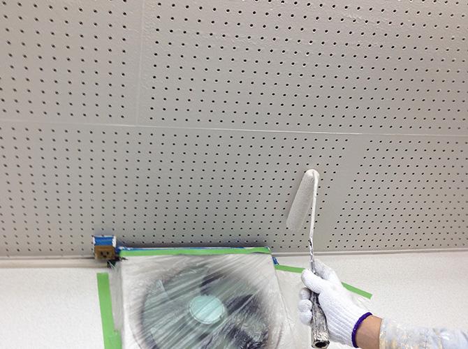 天井の上塗り施工中です。
