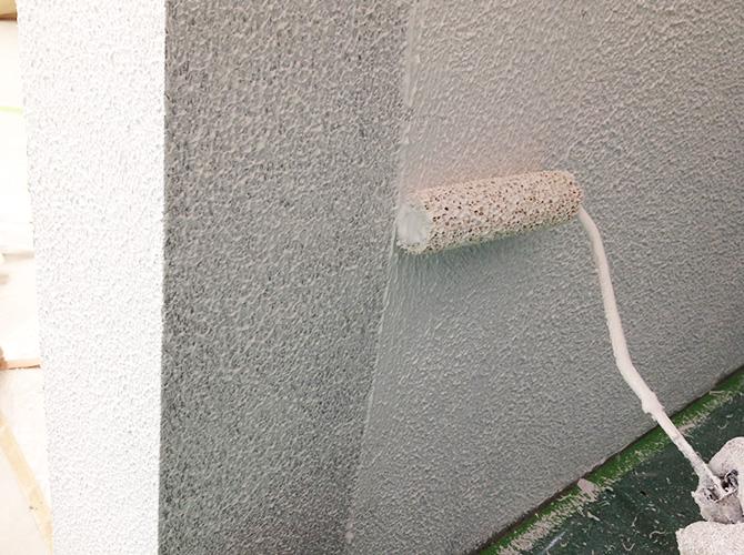 外壁塗装のヤマ出し2回目の施工中です。