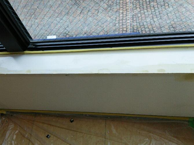 窓枠カウンター部分のパテ施工中です。