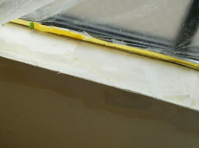 窓枠カウンター部分の中パテ施工後です。