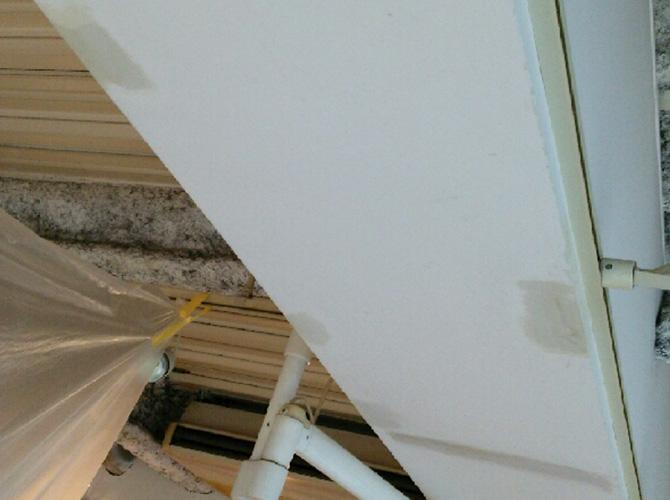 天井・梁部分の上パテ施工後のようすです。