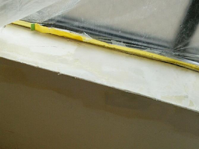 窓枠カウンター部分の上パテ施工後です。