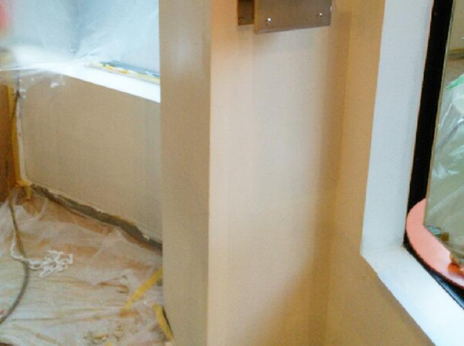 柱部分の内装塗装の施工後のようすです。