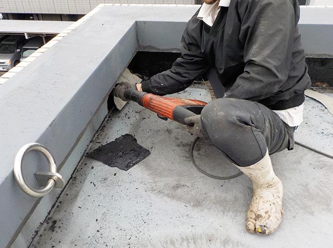 防水工事の既存材料の撤去のようすです。
