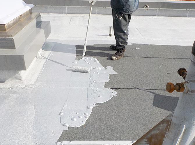 屋上の防水工事の施工中のようすです。