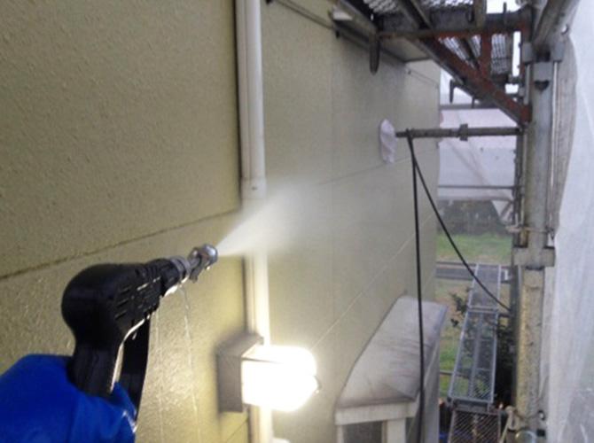 高圧洗浄で汚れをしっかり落とします。