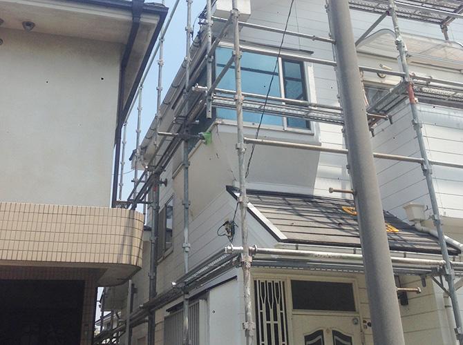 外壁塗装工事の前に足場を設置します。