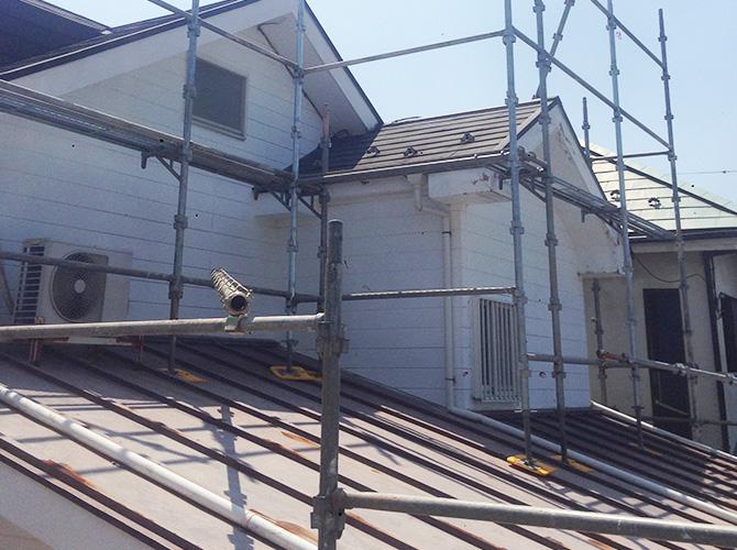 2階部分の下屋根に足場を設置する場合もあります。