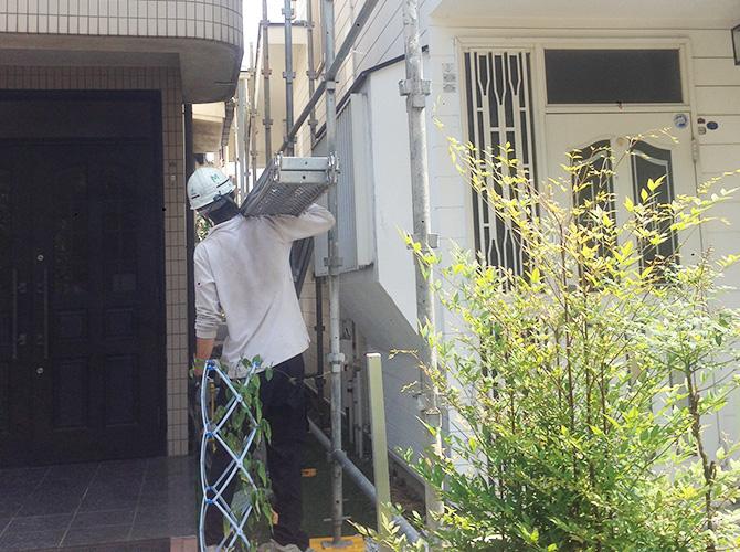 近隣住居にも気を配り足場作業をしています。