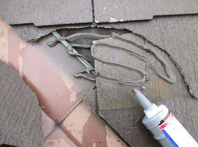 屋根材を補修する材料を塗布します。