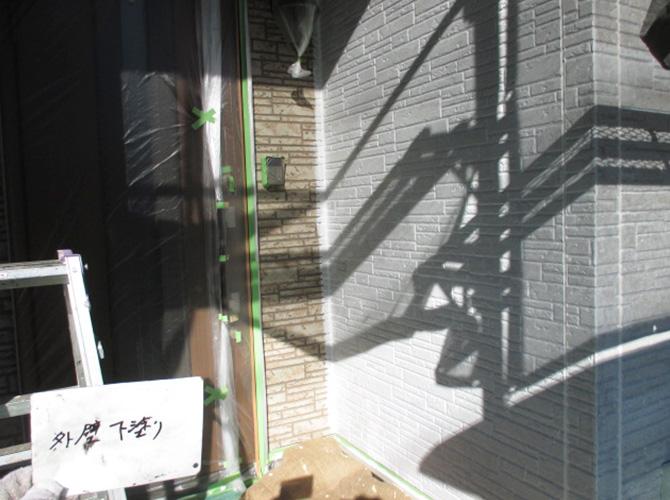 外壁塗装の下塗り塗装中のようすです。