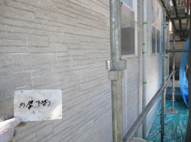 外壁塗装の下塗り塗料はソフトサーフでの施工です。