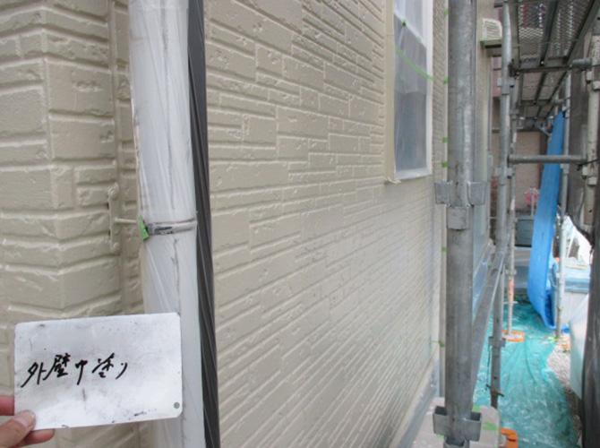 外壁塗装の中塗り施工後のようすです。