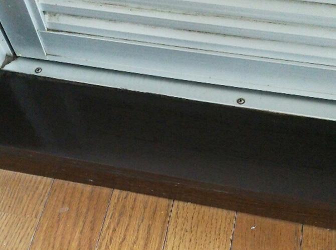 窓サッシ周りの塗装後のようすです。
