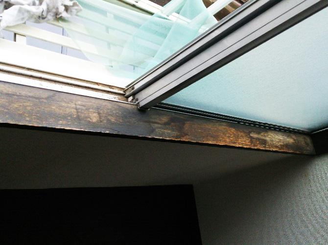 窓枠木部の塗装前のようすです。