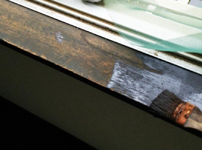 窓枠木部の塗装中のようすです。